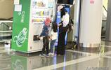太接地氣!姚晨著休閒裝現身機場,中途還為兩個小萌娃買飲料