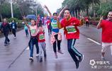 萬名跑友雨中暢跑欽州國際半程馬拉松