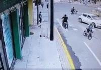 動圖警示:小車突然衝向推車老人,幸運的紅衣女人尖叫著跑開