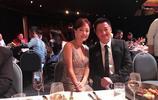 45歲牛莉為吳京頒發影帝獎項,大秀姣好身材,美爆了!