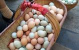 農村土雞蛋最俏銷,一位大媽不到一小時就賣完了兩籃土雞蛋,你們那兒是這個價格嗎?