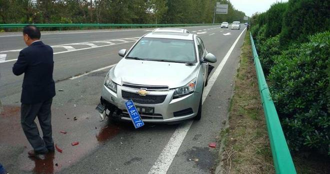 明銳過高速出口來個急剎車,後車連續追尾,明銳車主你長點心吧