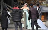大冬天拍婚紗照苦了新娘,鏡頭前鏡頭後兩副模樣