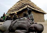 直擊非洲一家人喝馬糞湯,遊客目堵狂吐不止!