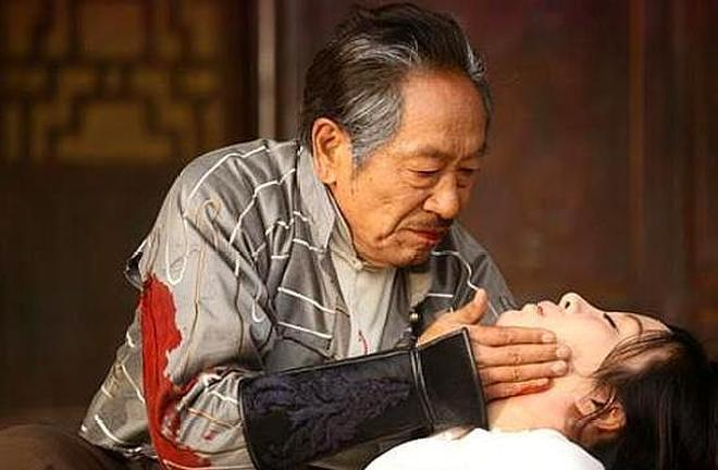 國家養著的人,走紅後娶小37歲老婆,如今72歲的他吊威亞只為生計