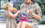超模伊莉娜帶女兒出行,穿襯衫裙秀腿太減齡,穿親子裝母女似姐妹