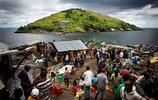 直擊:131個人擁擠在半個足球場大的小島上,旁邊就有一個大島,但是沒有人敢住在上面