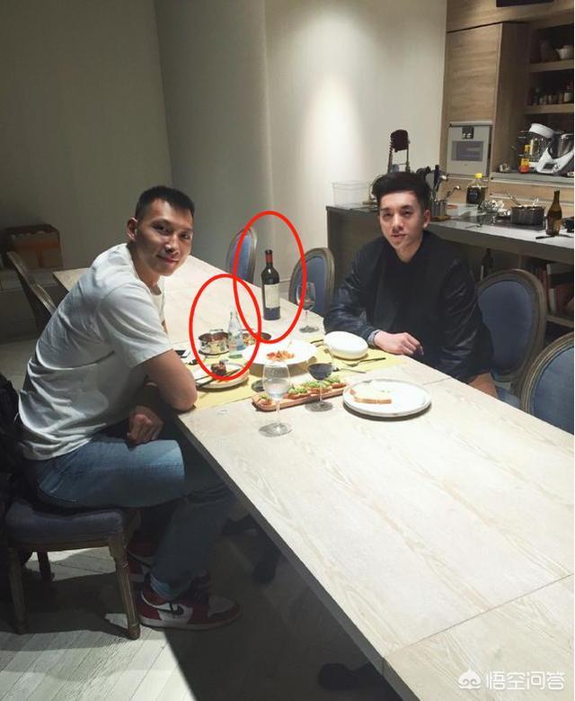 易建聯晒和朋友吃西餐照片,桌上白水引發球迷熱議,對此你怎麼看?