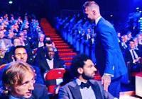 頒獎典禮上,拉莫斯獲獎之後主動示好薩拉赫,薩拉赫卻面無表情,你怎麼看?
