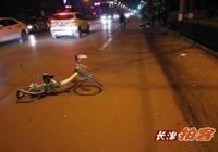 長治拍客:長治一女子騎公共自行車被撞