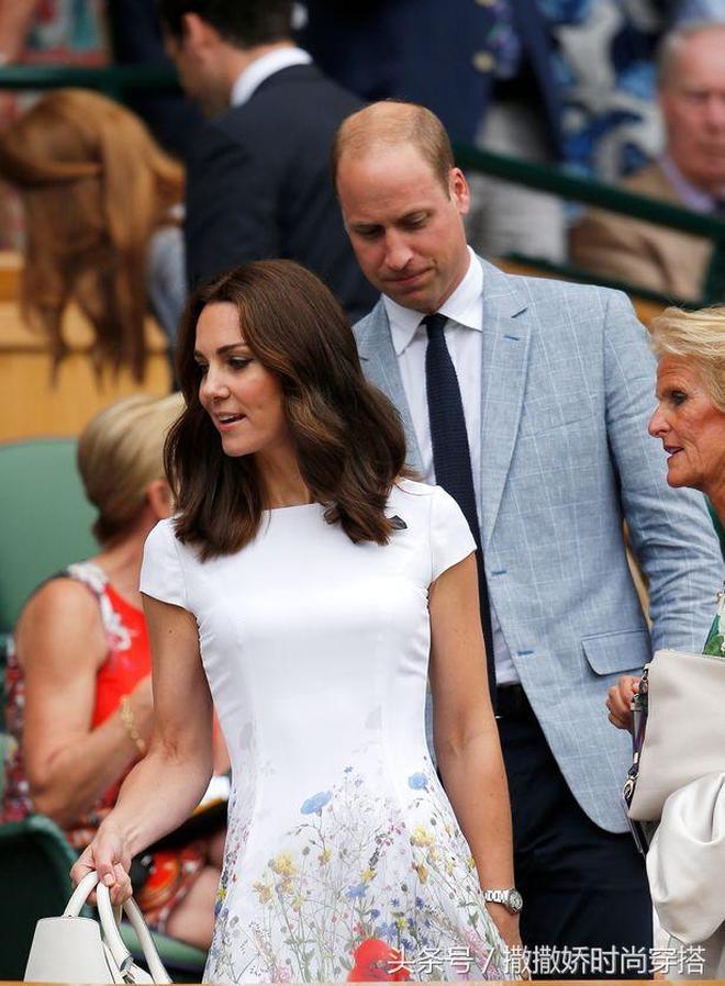 凱特王妃一席白色碎花連衣裙跟丈夫威廉王子一起觀看網球賽,比前幾天妹妹皮帕美太多了