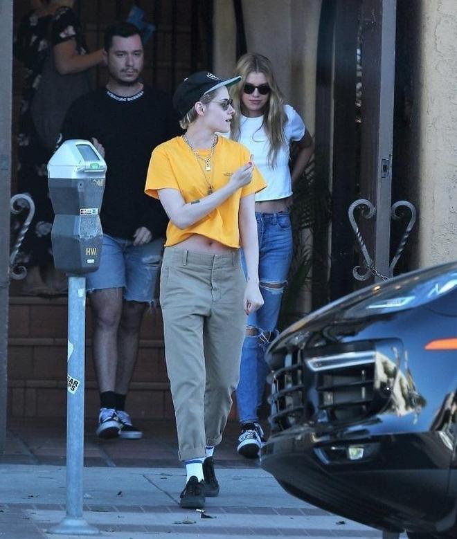 克里斯汀攜女友出街 休閒裝扮戴墨鏡顯酷