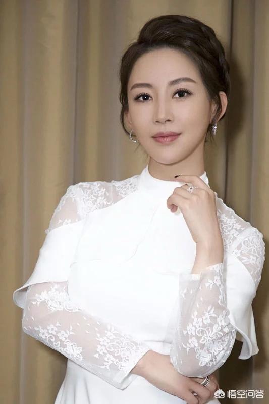 潘曉婷出席中國九球公開賽,網友稱女神老了,臉上有了歲月的痕跡。對此你怎麼看?