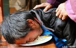 安徽一男子患重病,頸部無力需用嘴舔吸麵條,為報恩捐獻眼角膜