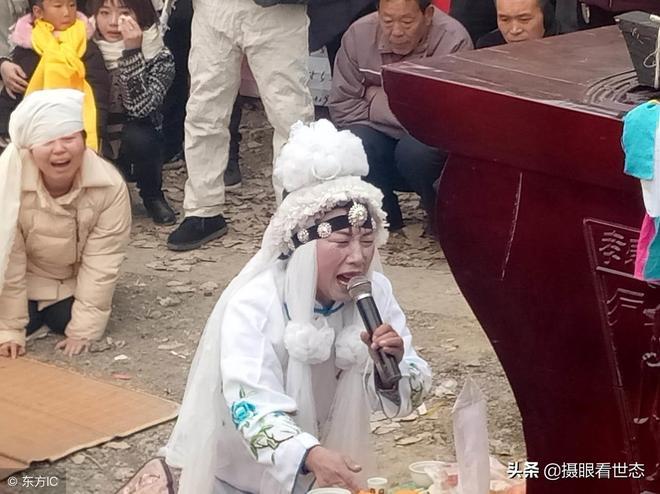 職業哭靈人,一天磕200多個頭哭一場能掙800塊,家有95歲老母親