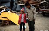 爸媽離婚先後離家,山東7歲女孩與爺爺相依為命,玩伴是隻小黑狗