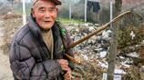 80歲父親照料40歲智障兒子,為了養家餬口,包攬4個公共廁所