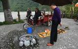 """四川農民靠水吃水,從河裡撈起""""稀罕物""""賣給遊客,結果有口難辯"""
