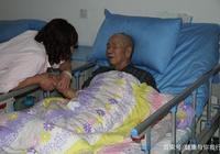 老伴去世一年,老人被趕出家門,一年後兒子兒媳跪求老人回家