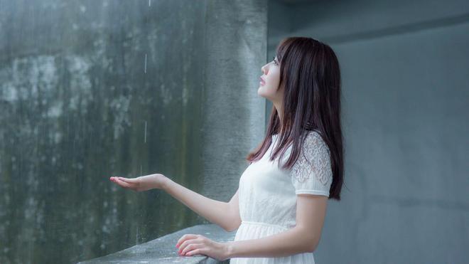 小智圖說-戴著遮陽帽穿白裙的可愛女生和穿白裙的看雨長髮美女!