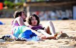 週末休閒好時光 青島金沙灘 碧海藍天遊客雲集,姑娘來了就不想走