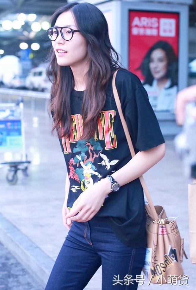 """""""大表姐""""劉雯素顏現身機場,網友:她不僅腿長,顏值也這麼高!"""