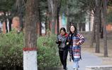 實拍鄭州大學學生下課,兩個一起三個一群,有知識的學生就不一樣