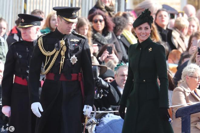 凱特王妃參觀第一營的愛爾蘭衛隊,墨綠色連衣裙,端莊優雅有氣質