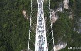張家界懸空300米的玻璃橋,這個19歲女保潔員膽子真是大