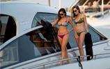 美女模特妮娜·杜波夫與閨蜜海邊度假,你們更喜歡哪一個?