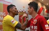 中超第13輪賽前上港與廣州恆大雙方的球員熱聊起來