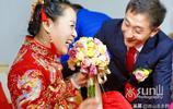 出嫁時笑開了花的女同學誰又能說她不是世界上最幸福的新娘?