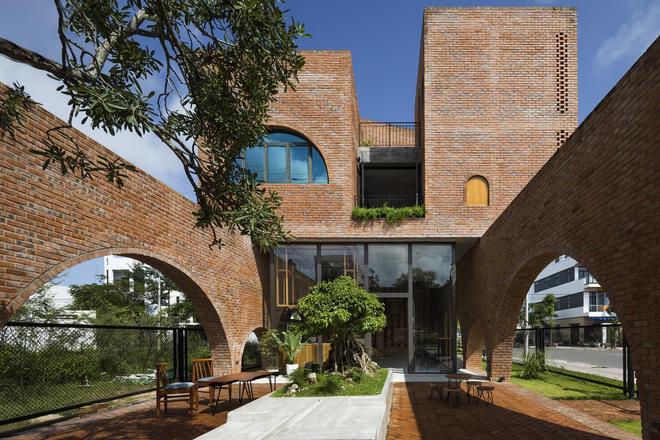 住宅設計:形似貓咪的最美紅磚別墅!連續拱券圍合著一個大庭院