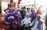 美女志願者上養老院慰問老人並表演節目,老人們很開心