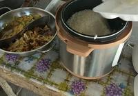 實拍山東農村學生的午飯,一份只需要兩塊錢,一碗米外加兩個菜