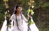 幾位女星坐鞦韆的畫面,楊冪養眼,劉亦菲仙氣十足,而她卻穿幫了