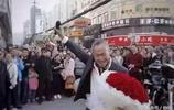 65歲大爺向18歲少女求婚,在路邊手捧玫瑰還唱著情歌,少女激動的答應了