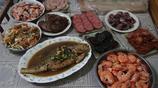 """青島市民的年夜飯少不了海鮮 配上當地啤酒和老酒 兩個字""""絕了"""""""