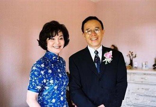 73歲歸亞蕾全家生活照,與丈夫金婚52年不離不棄,兒孫滿堂齊聚慶祝