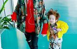 易烊千璽穿破洞褲紅配綠帶小北鼻現身機場!彷彿看到當爸爸了!
