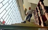 湖南男子自幼雙腿殘疾,拼下數千萬元身家,組建數百人大家庭