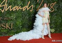 戚薇兩套造型驚豔英國時尚大獎紅毯,同場不輸國際超模!