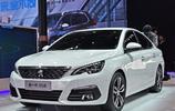 標緻的新款轎車車身腰線看起來十分流暢,燃油經濟性很不錯