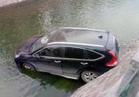 為何汽車墜河很多人逃不出去?交警:逃生技巧很簡單,很少人瞭解