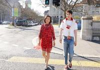 孫堅和媽媽的這組時尚街拍照,真是太養眼了!
