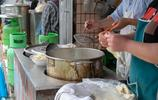 重慶一家小麵館裝修簡陋板凳當桌,每天卻有不少顧客願意等候