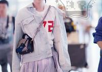 關關喬欣扎丸子頭現身機場低頭玩手機,網友:好好穿衣不行嗎?