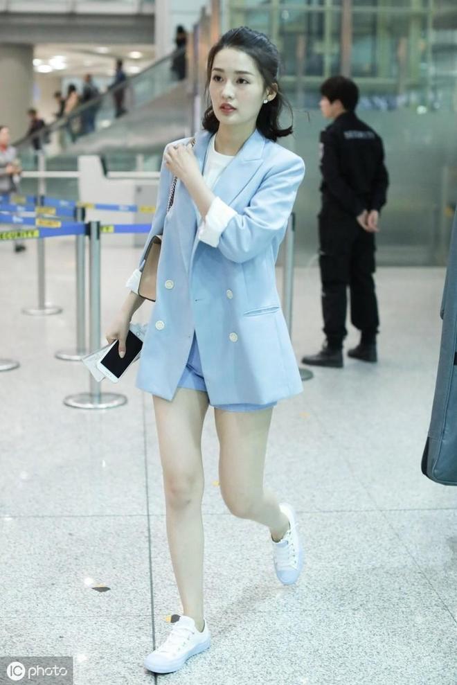 李沁穿牛仔短褲現身機場照片,非常漂亮。