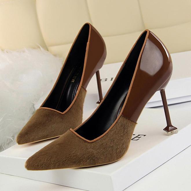 """別穿痞氣的棉鞋了,今年主流這種""""高跟鞋"""",配裙裝褲裝都迷人"""