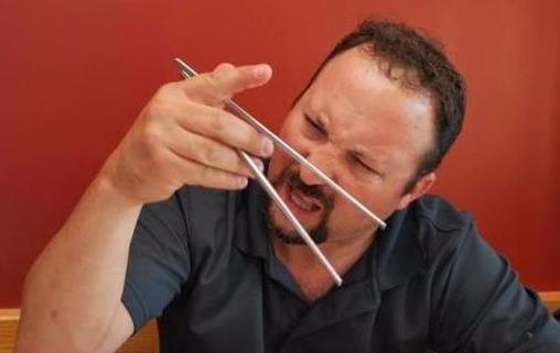 老外吐槽筷子夾不起食物,被中國3歲孩子打臉,網友:這是中國!